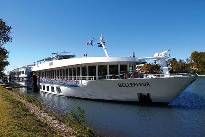 Во Франции туристическое судно врезалось в опору моста, пострадали 15 человек
